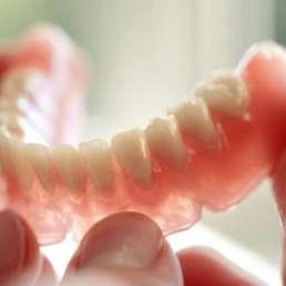 Zahnersatz im Gegenlicht